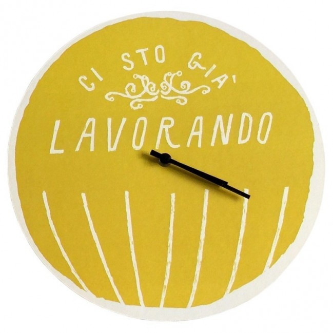 """Orologio da parete - """"ci sto già lavorando"""", stampato su cartone riciclato, diametro 32 cm con meccanismo silenzioso"""