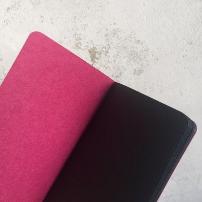 """Notes tascabile """"È una botta di visibilità"""", copertina fucsia e interno in carta colore nero"""