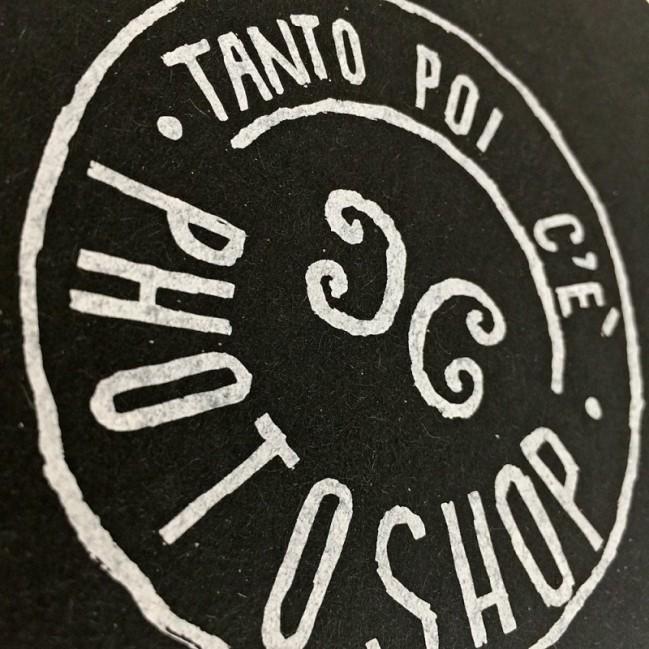 """Carnet """"Tanto poi c'è Photoshop"""", couverture noire et intérieur en papier noir."""