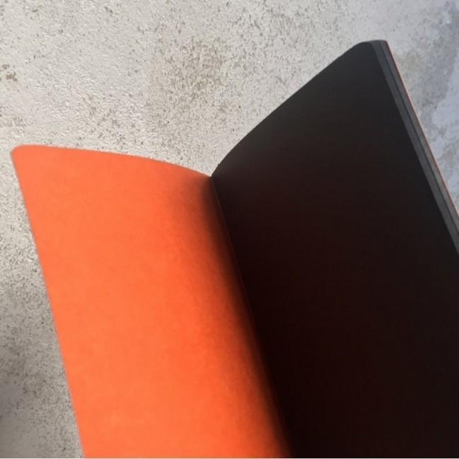 """Carnet """"Ma va', si legge benissimo!"""", couverture orange et intérieur en papier noir."""