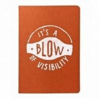 """Carnet """"It's a blow of visibility"""", couverture orange et intérieur en papier noir."""