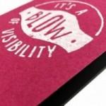 """Notes tascabile """"It's a blow of visibility"""", copertina fucsia e interno in carta colore nero"""