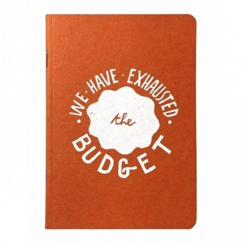 "Carnet ""We have exhausted the budget"", couverture orange et intérieur en papier noir."