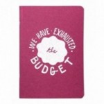 "Carnet ""We have exhausted the budget"", couverture fuchsia et intérieur en papier noir."