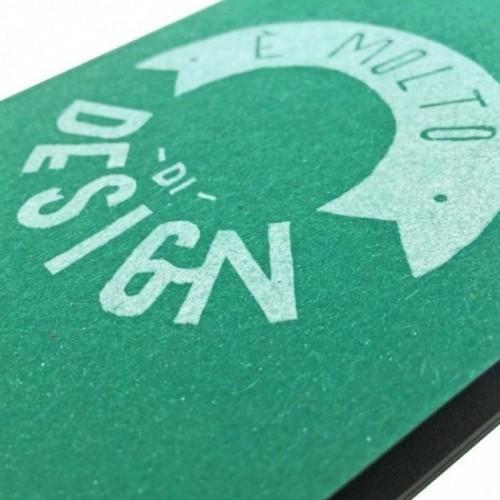 """Notes tascabile """"È molto di design"""", copertina verde smeraldo e interno in carta colore nero"""