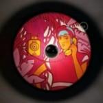 Fermaluce UFO avec abat-jour en bois double-face illustré par Pistrice