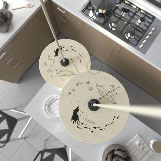 Suspension UFO avec abat-jour en bois double-face illustré par Fernando Cobelo et câble textile RC43 Coton Tortorelle