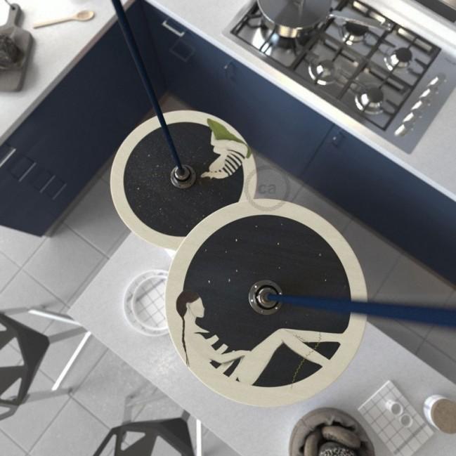 Suspension UFO avec abat-jour en bois double-face illustré par Chiara Fucà et câble textile RM20 Effet Soie Bleu Sombre