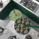 Suspension UFO avec abat-jour en bois double-face illustré par A.Zaminato et câble textile RM21 Effet Soie Vert Sombre